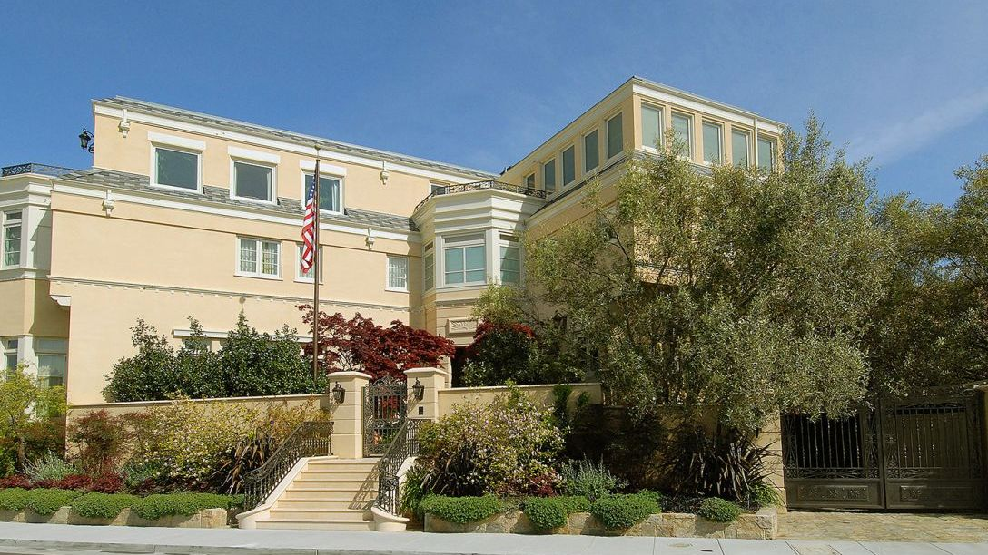 Front of beige San Francisco Marina home.